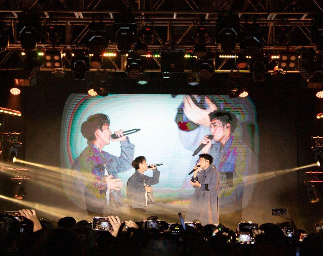 小賴(左)與黃偉晉深情對唱「刻在你心底的名字」。圖/杳桓有限公司提供