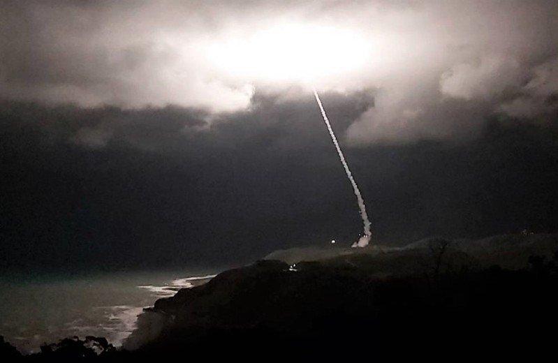 今晚8時4分,1枚飛彈從屏東九鵬基地升空,巨大聲響及飛彈的火焰,瞬間照亮整個基地和周邊村落。記者潘欣中/攝影