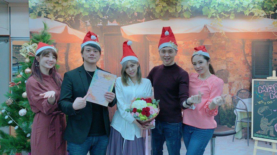 孟慶而(中)與吉他手男友Eddie(左2)今天完成結婚登記,楊羽霓(左起)和宋達...
