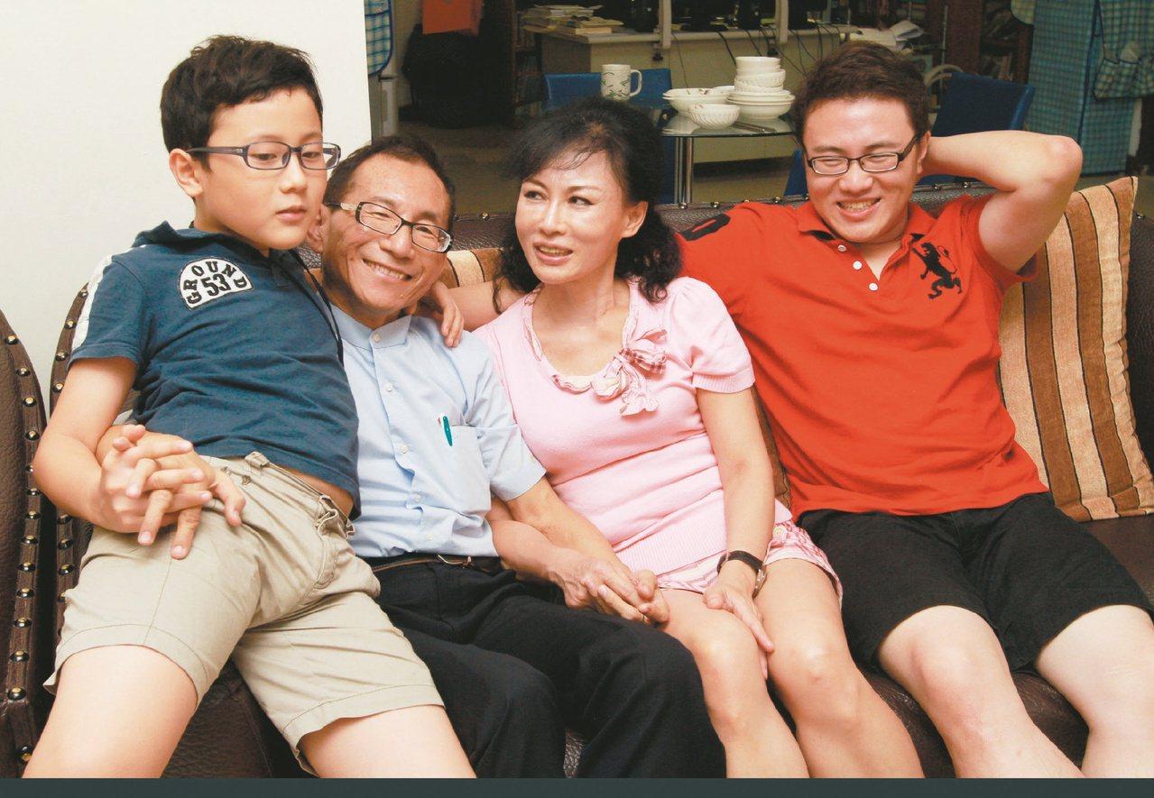 林杰樑一家四口感情緊密融洽,譚敦慈(右二)說林醫師留下的是「溫暖的遺產」。本報資...