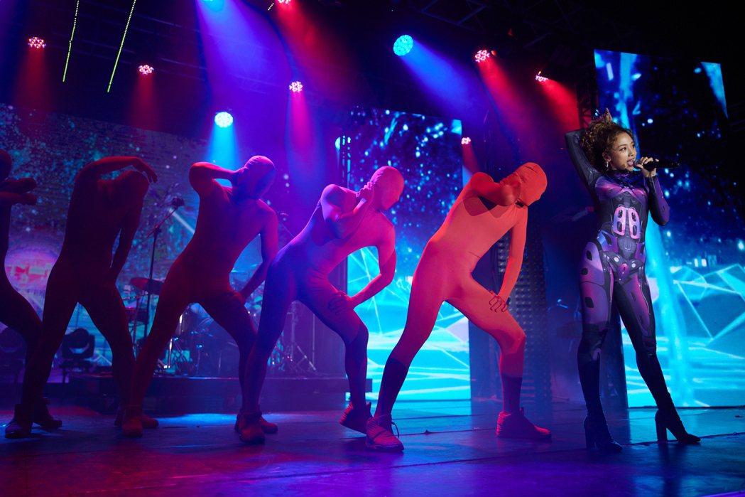鬼鬼(右)帶舞者唱跳展現女王架勢。圖/MTV娛樂台提供