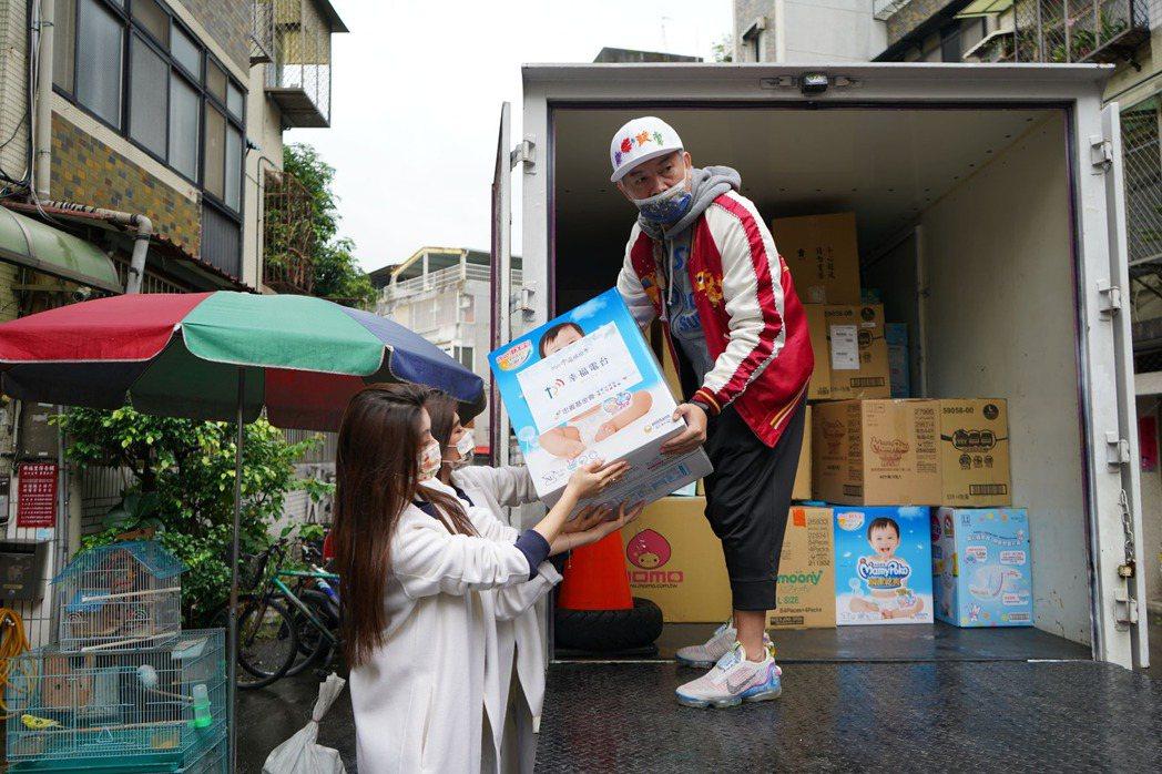 康康親自出力搬運物資。圖/幸福電台提供