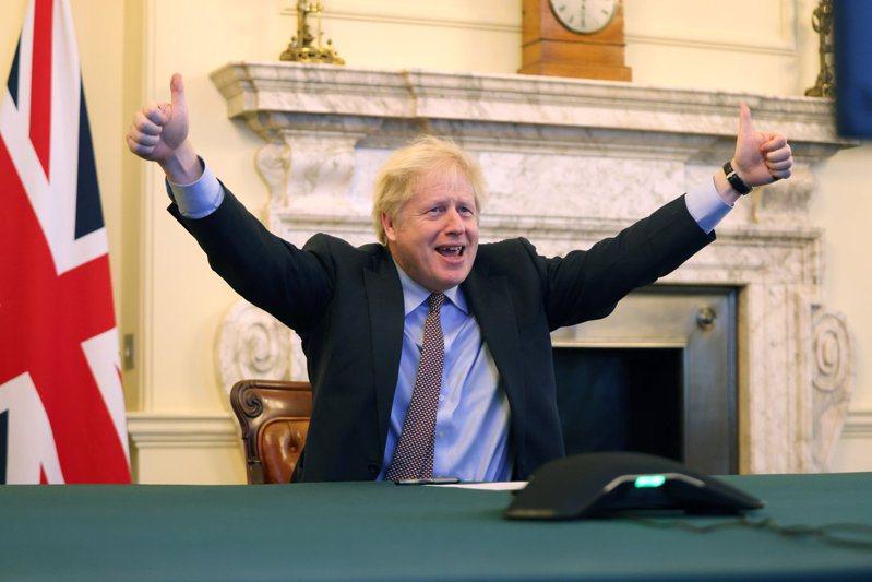 英国首相强生兴奋地在首相府高举双手并竖起大拇指。图/摘自英国首相府推特(photo:UDN)