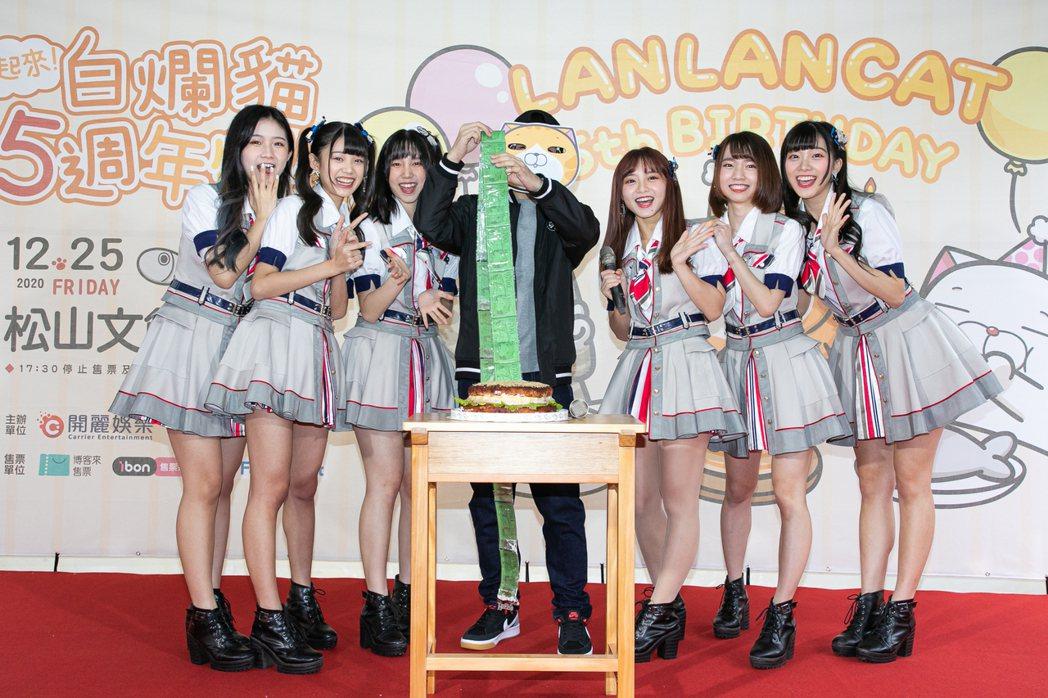 AKB48 Team TP送禮祝賀白爛貓的作者麻糬爸。圖/開麗娛樂提供