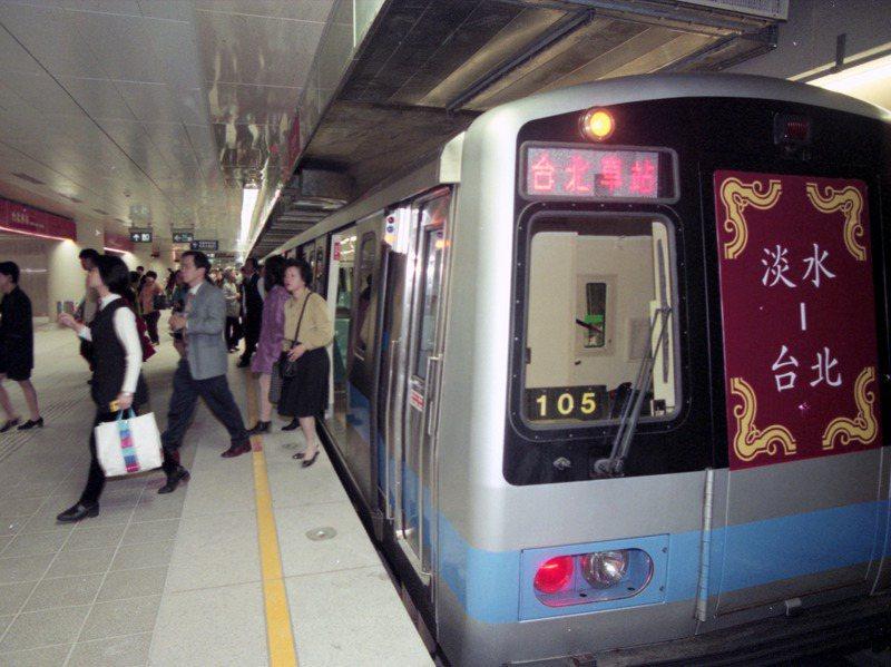 1997年12月25日,捷運淡水線全線通車首日。圖/聯合報系資料照片