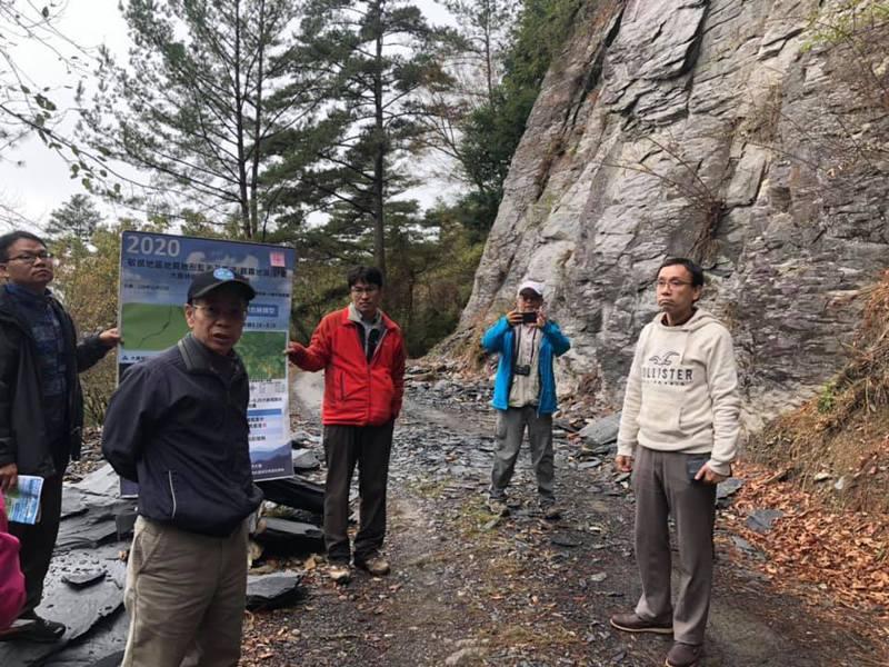 行政院政務委員張景森赴大鹿林道東段視察,這裡是前往攀爬大霸尖山的最常使用的路線。圖╱翻攝張景森臉書