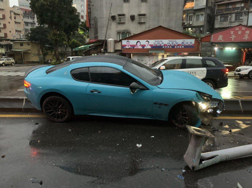 一輛瑪莎拉蒂跑車凌晨行經台北市信義區,衝上中央分隔島後撞斷路燈,警方到場未見駕駛...