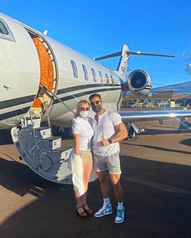 布蘭妮與男友山姆上私人飛機前都有戴口罩,然而山姆依然確診新冠肺炎。圖/摘自Ins