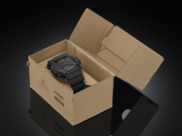 外盒包裝打造成軍用補給箱樣貌,而表背及外包裝則印上軍用規格文字。圖/CASIO提...