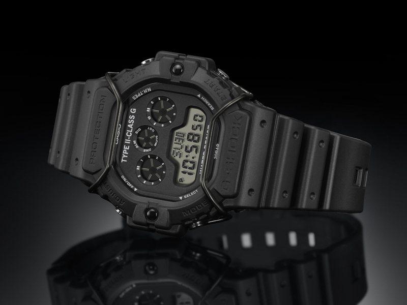 G-SHOCK第七度與日本時裝品牌N.HOOLYWOOD跨界合作,打造帶有暗黑軍事風格的DW-5900NH-1腕表。圖/CASIO提供