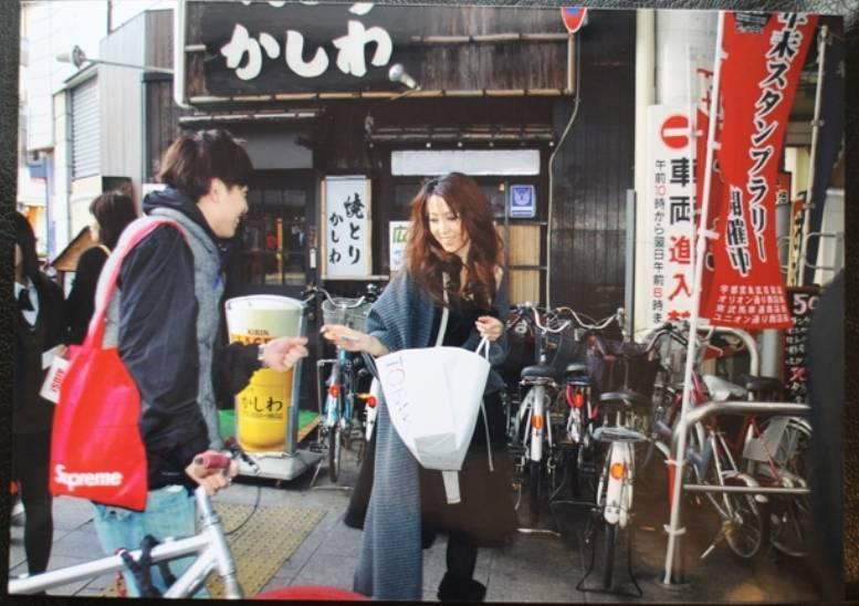 飯島愛在商店街發送保險套。圖/摘自AERAdot