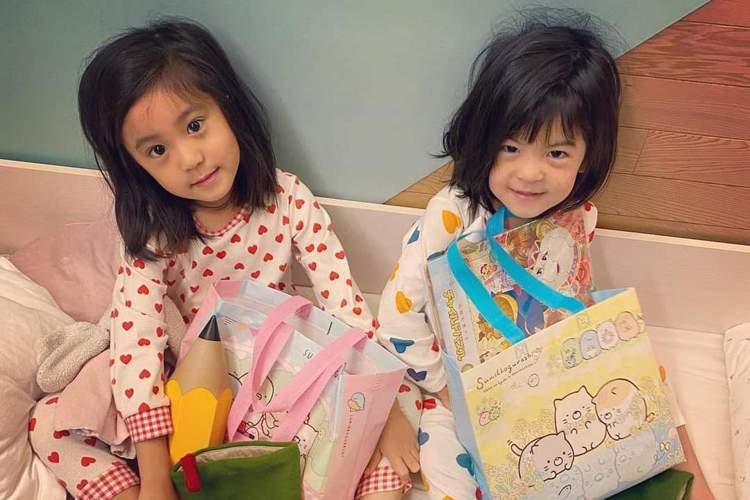 耶誕節一早許多小朋友忙著拆禮物,賈靜雯也po文分享女兒咘咘、波妞的耶誕節早晨,透露小姊妹的願望:「咘許願:我要角落小夥伴的梳子跟有聖誕節圖案的畫本。波妞:我什麼都好⋯(很隨和)。一早收到禮物超級開心...