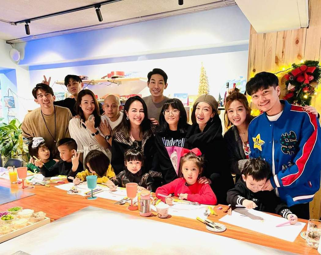 賈靜雯、修杰楷日前與其他友人提前過耶誕。圖/摘自臉書