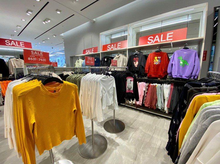 H&M在全台13家實體門市,推出驚喜折扣活動,至12月27日為止。圖/摘...