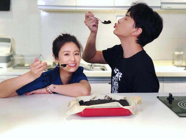 林心如(左)上鄭元暢之「不專業廚房」品嚐巧克力。圖/M.I.E.最大國際娛樂提供