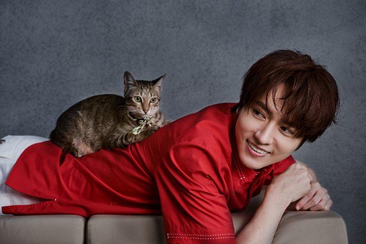 陳璽安詮釋夏姿2021春夏男裝,和流浪貓一起拍攝公益明信片。圖/畢獅國際娛樂