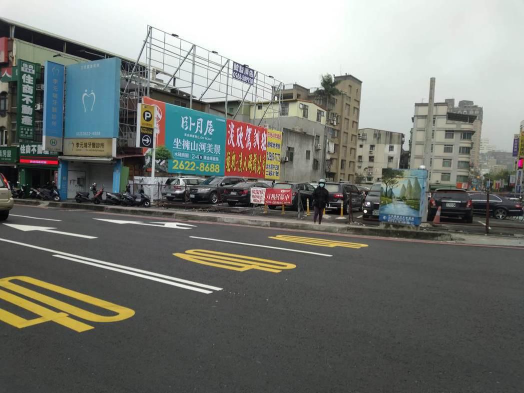 東來大廈目前暫為停車場使用。圖/新北都更處提供