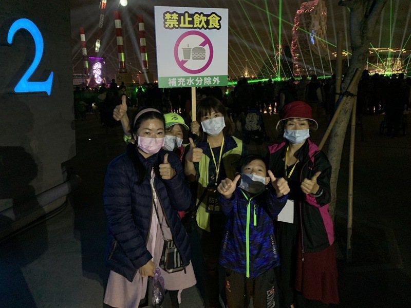 高雄市政府派員在跨年活動場域向民眾宣導戴口罩、勿飲食(補充水分除外)。圖/高雄市政府提供