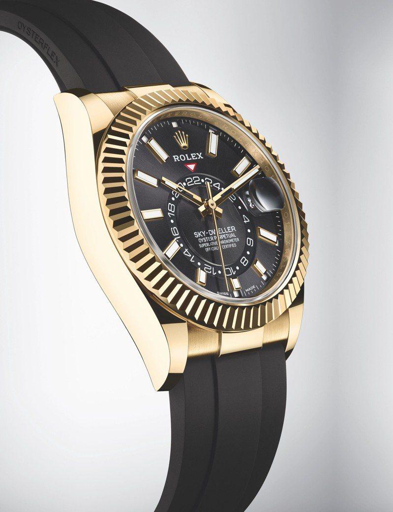 過往曾推出精鋼與白色黃金、全黃金、玫瑰金等多種組合的Sky-Dweller腕表,今年最新則帶來黃金與黑色橡膠表帶的Ref.326238。圖 / ROLEX提供。