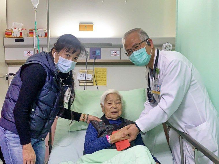 93歲阿嬤劉陳采蘋生平第一次使用健保,是台灣實施健保25年來少見的例子。記者黑中...