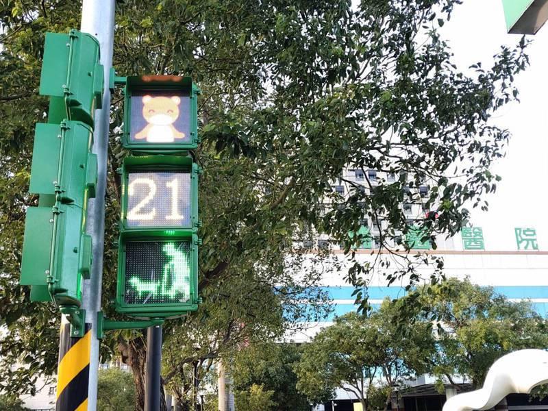 桃園市交通局最近在衛福部桃園醫院旁路口試辦銀髮族造型燈號,小綠人拄著拐杖搖身變老綠人還遛著狗,「老人遛狗」的燈面相當逗趣,數字上方燈面動畫,則是一隻紅色的熊戴口罩、勤洗手宣導防疫。圖/桃園市交通局提供