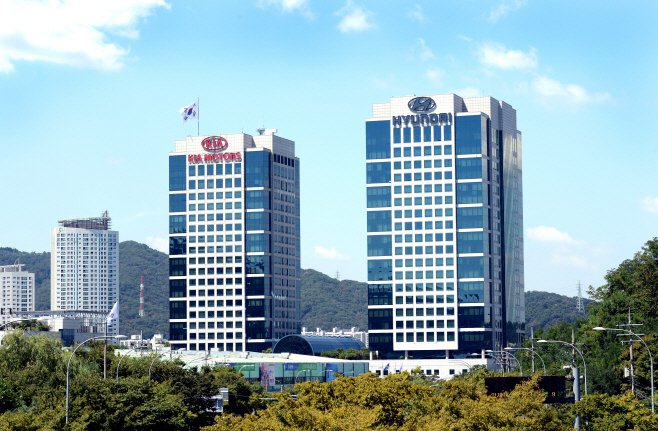 Hyundai、KIA在韓國首爾良才洞的辦公大樓上都有掛上自家的廠徽。 摘自Hy...