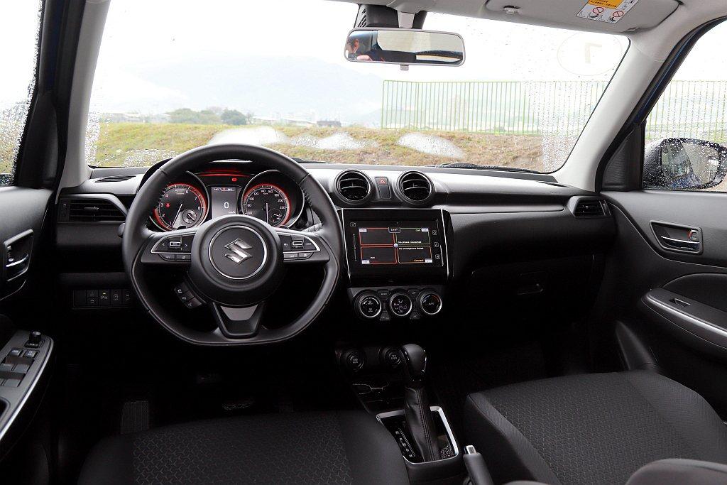 內裝鋪陳維持先前架構於中控台、內車門飾板導入類金屬飾板來增加視覺亮點。 記者張振...