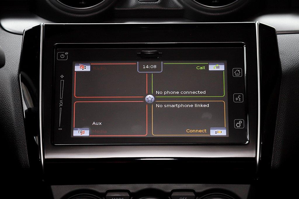 標配的多功能觸控螢幕以四大區塊(廣播、電話、音響、手機連結)提供駕駛直覺化的調控...