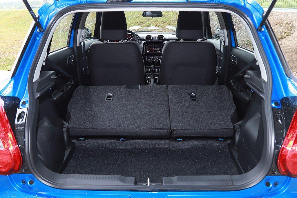 行李箱空間方面依舊維持基本265L、後排椅背傾倒579L的表現。 記者張振群/攝...