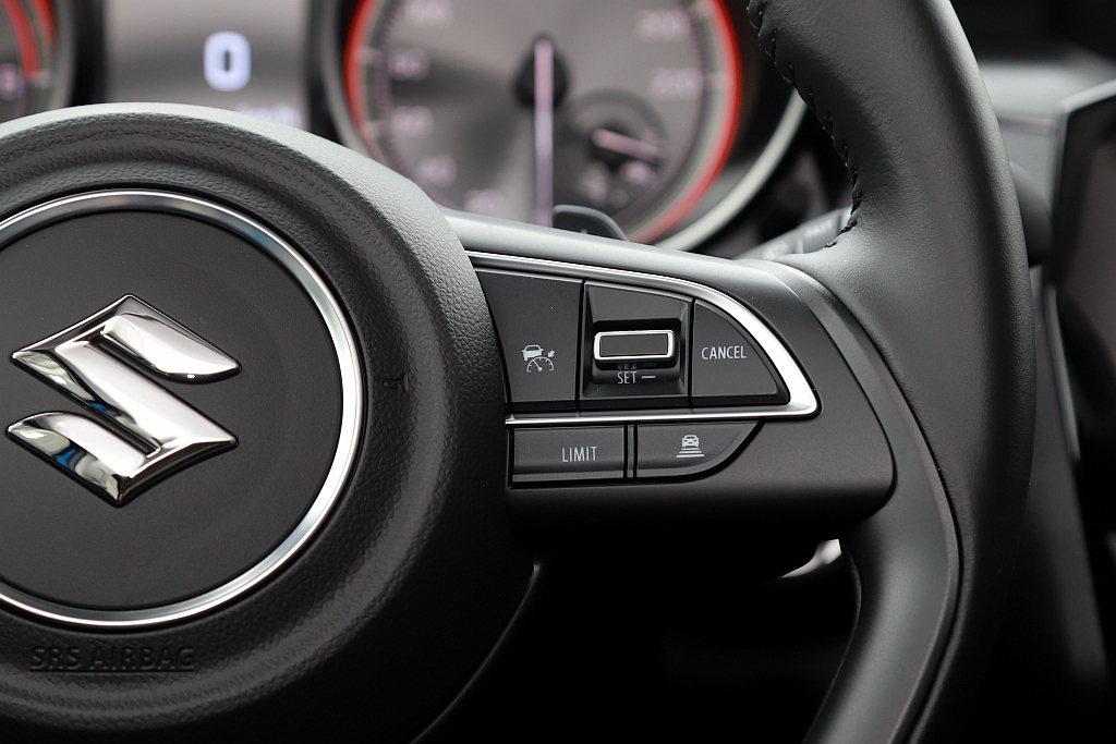 小改款Suzuki Swift的ACC主動式車距巡航系統,透過多功能方向盤上的快...