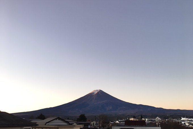 日本富士山顶罩上皑皑白雪,是许多人对富士山的印象。不过,今年富士山到12月下旬仍然看不到多少积雪。 图片来源/(photo:UDN)