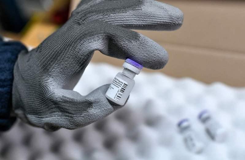 根據法新社記者所見,法國首批美國輝瑞大藥廠(Pfizer)和德國生技公司BioNTech共同研發的2019冠狀病毒疾病疫苗,今天早上已運抵首都巴黎外的市轄醫院體系中央藥局。 法新社
