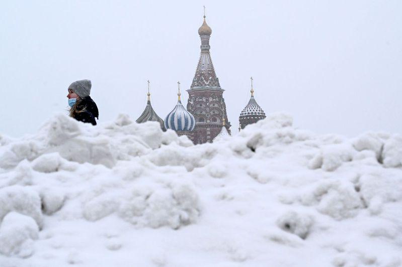 俄羅斯的2019冠狀病毒疾病(COVID-19)確診總數突破300萬大關。另外,俄國媒體報導,衛生部批准60歲以上民眾接種國產疫苗「衛星-V」(Sputnik-V)。 法新社