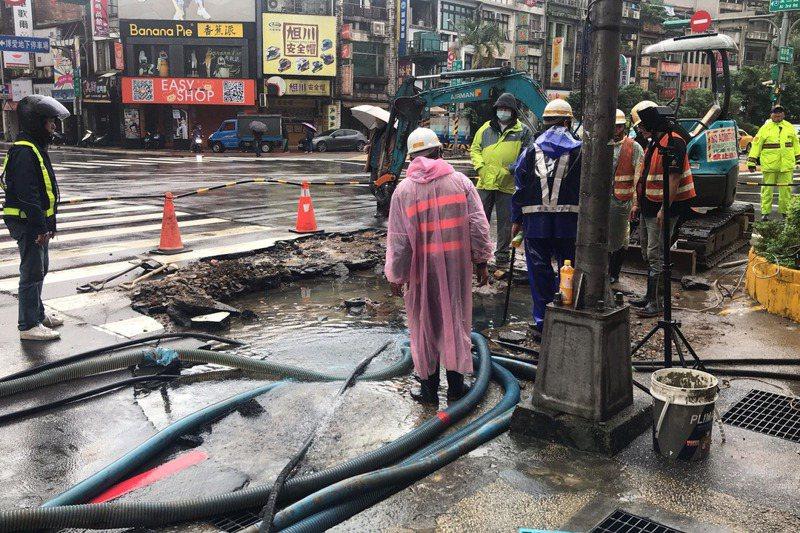 基隆市愛三路與仁五路口,17日發生自來水管爆裂,造成基隆廟口夜市等4萬戶停水。圖/台水提供