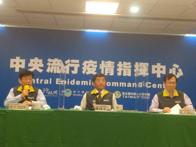 中央流行疫情指揮中心12月26日記者會,疫情監測組組長周志浩(由左至右)、指揮官...