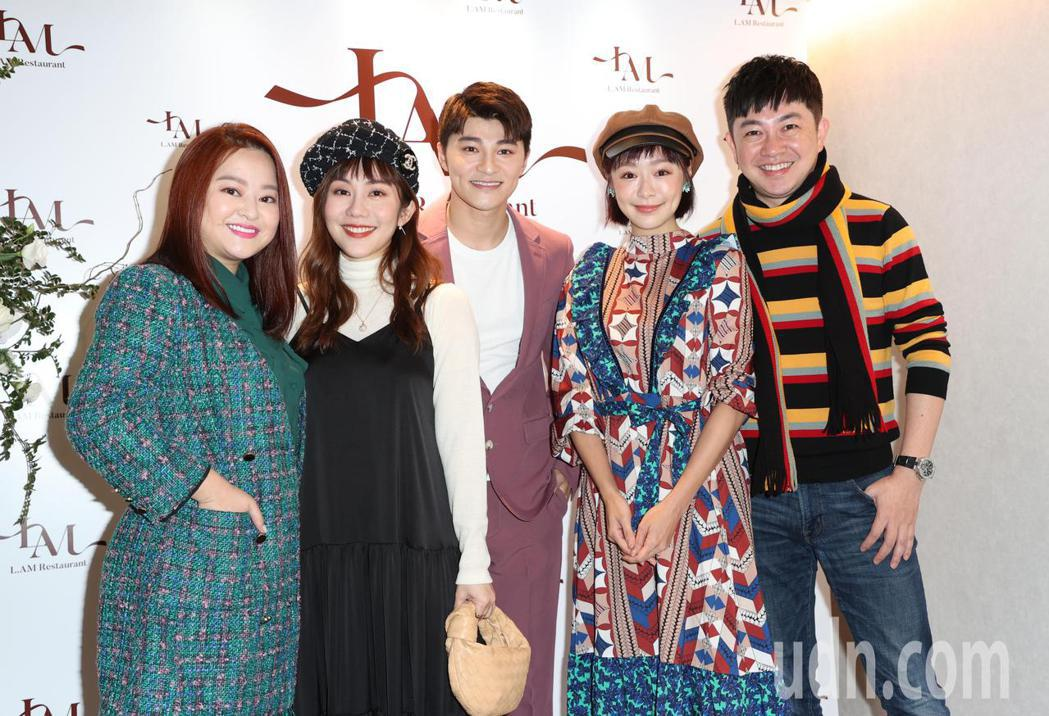 演員余宥樂(中)開餐廳,王宇婕(左二)、李明川(右一)、茵芙(右二)、何佳雯(左...