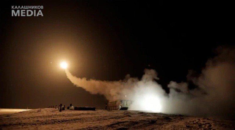 俄罗斯军火巨头卡拉希尼柯夫集团选在耶诞节公开新式「射后不理」地对空导引飞弹,宣称可击毁低空飞行的飞机、直升机与无人机,还能对付巡弋飞弹。画面翻摄:The Sun(photo:UDN)