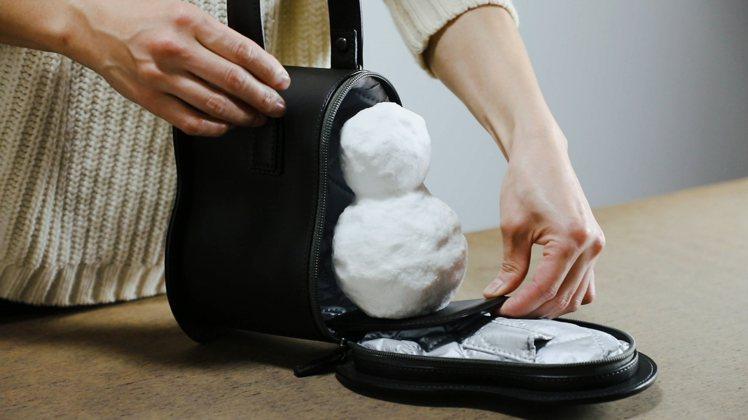 「雪人專屬皮革袋」內裡搭配製作保冷袋使用的聚酯纖維,並首次採用防滲水拉鍊,只為了...