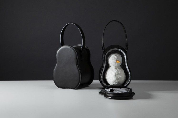 土屋鞄製造所再度發揮天馬行空的創意,推出了應景的「雪人專屬皮革袋」,顛覆眾人想像...