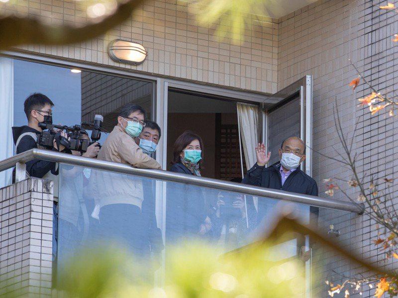 行政院長蘇貞昌(右一)上午視察烏來檢疫所,從陽台向外揮手。記者季相儒/攝影