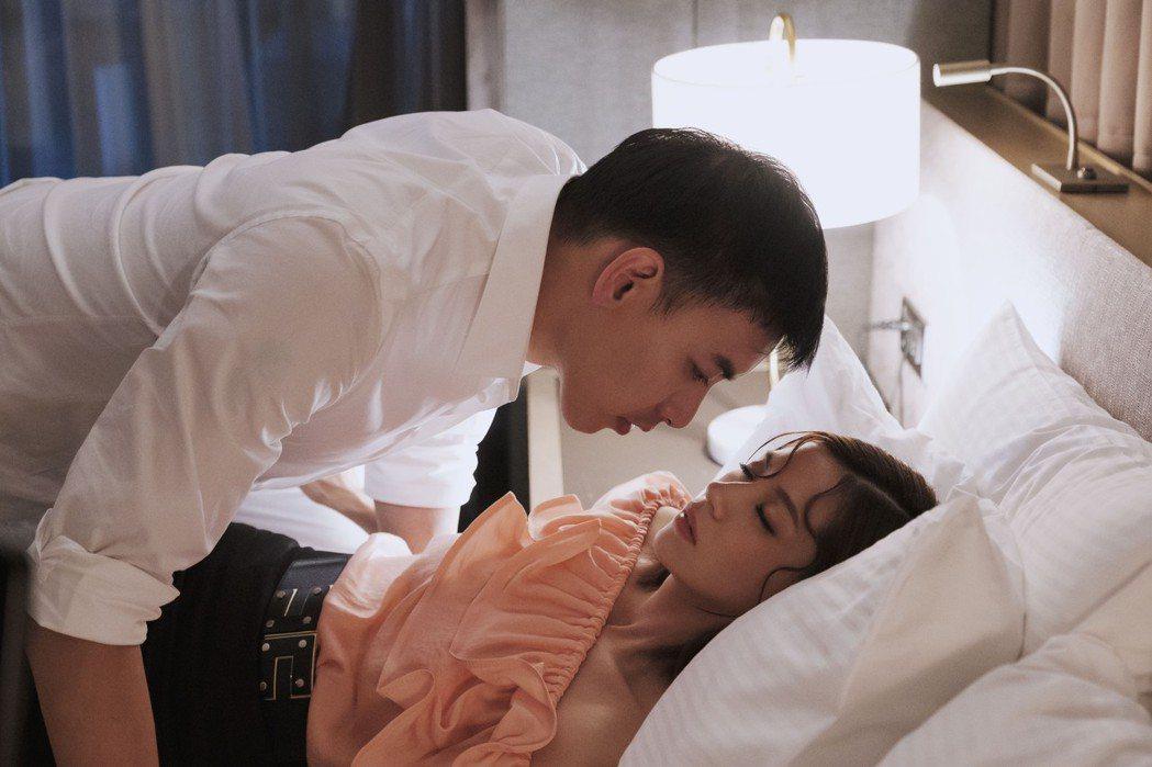 林予晞(右)在「戒指流浪記」中喝爛醉,被飾演前男友的黃立送回家。圖/HBO As