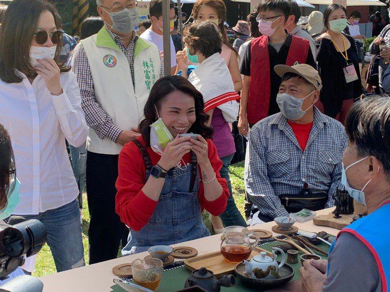 高雄秋冬旅遊代言人戴資穎(前左)品嘗六龜山茶。圖/高市觀光局提供