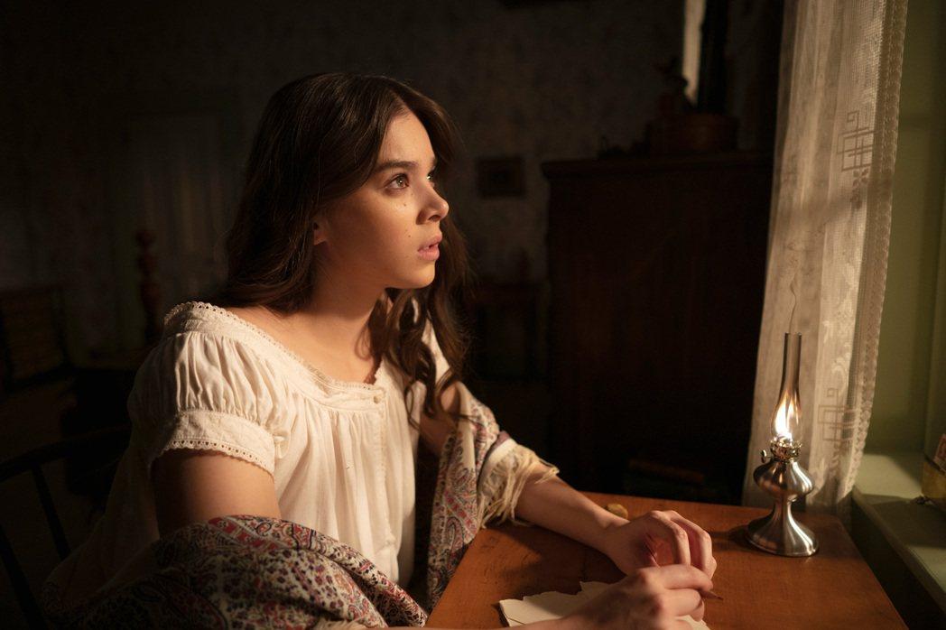 海莉史坦菲德帶來主演新劇「狄金生」,深入主角詩人艾蜜莉狄金生的寂寞心境,呼應當下...