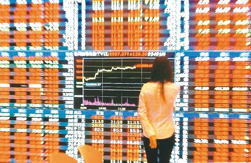 台股開高走高,指數一度大漲131.75點,接近午盤時攀高至14463.17點,創歷史新高。航運與造紙類股表現強勁,類股指數同步大漲逾6%。(聯合報系資料庫)