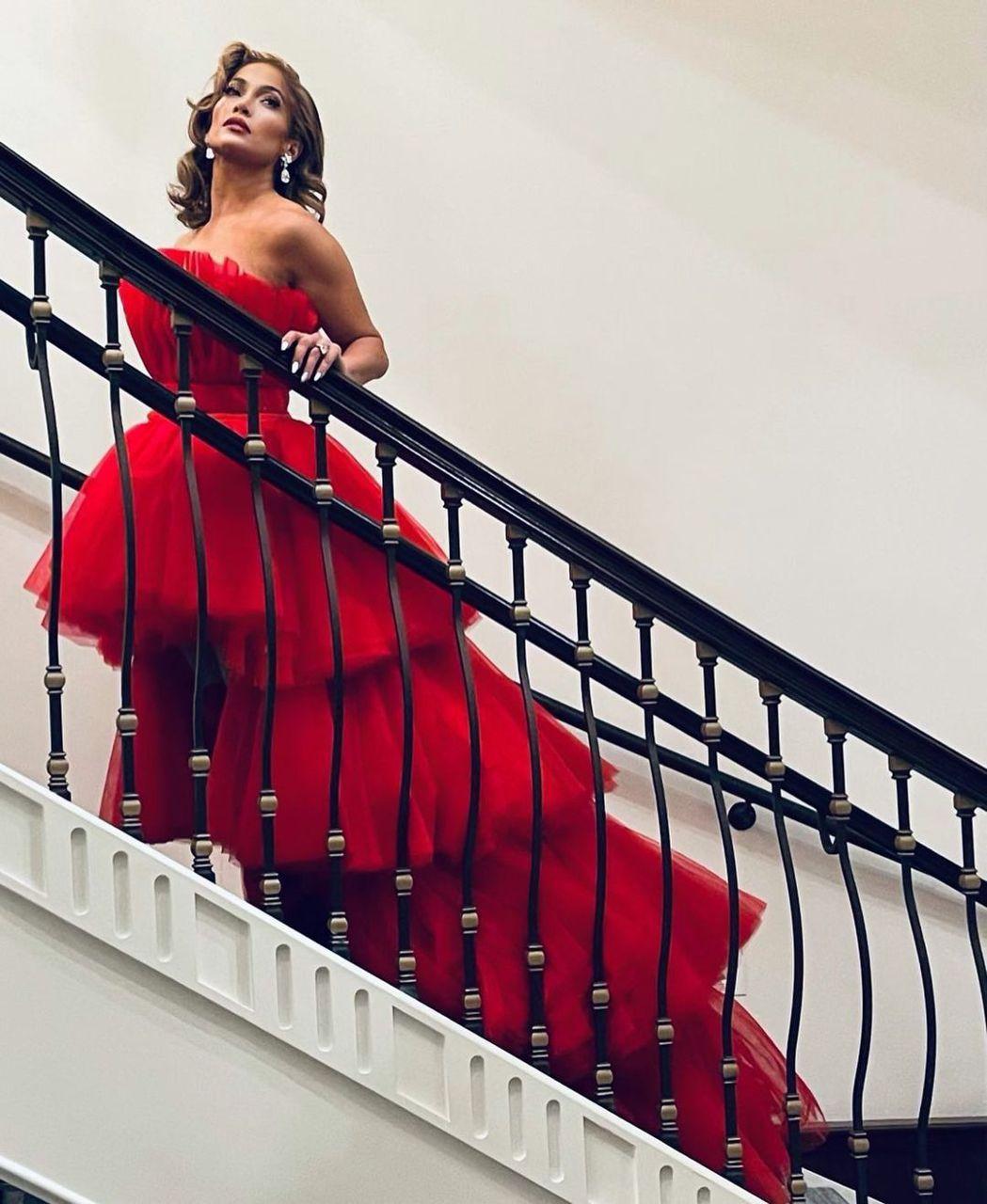 珍妮佛洛佩茲的紅色長裙很吸睛,也符合耶誕紅的主題。圖/摘自Instagram