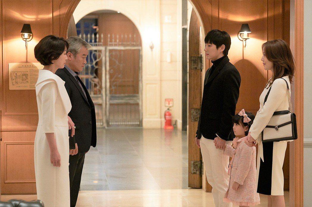 文彩元(右)、李準基在劇中帶著女兒見公婆。圖/八大電視提供