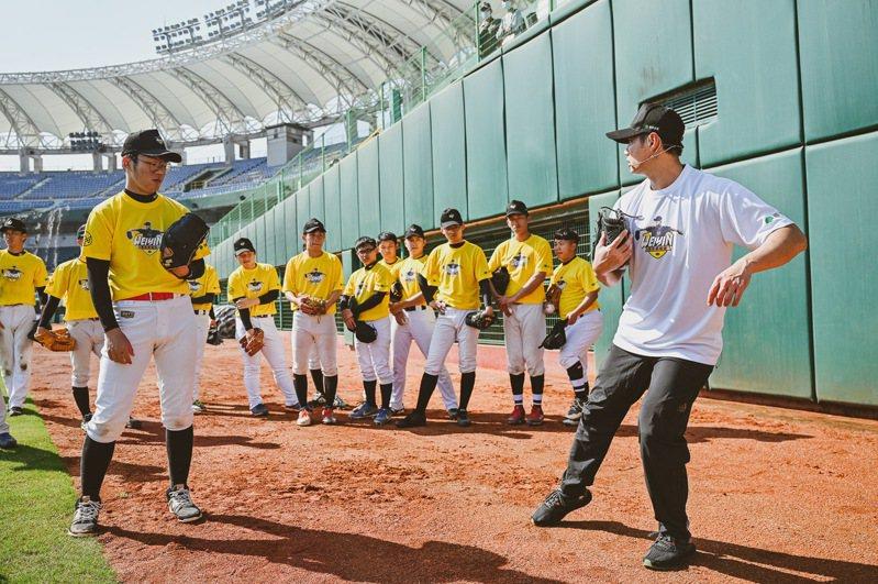 陳偉殷(右)為訓練營學員示範動作。圖/國泰真殷雄棒球訓練營提供