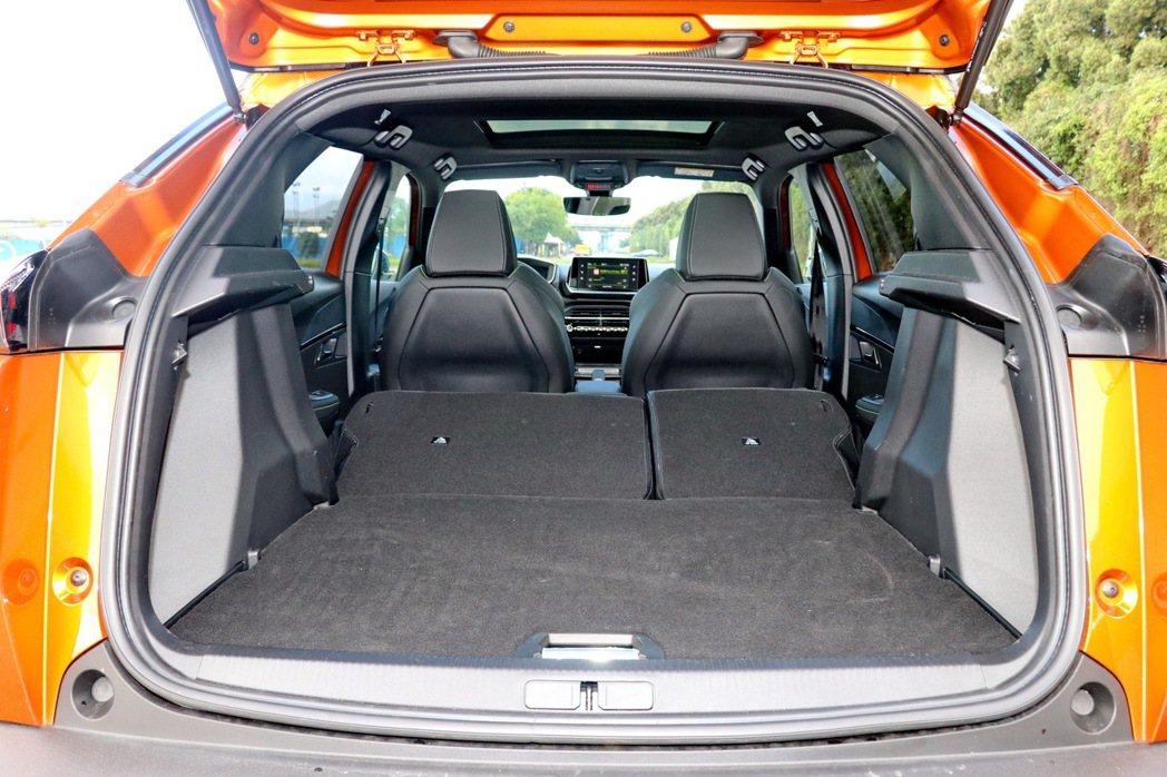 後座椅背全傾行李廂容量可自405公升提升至1,467公升。 記者陳威任/攝影