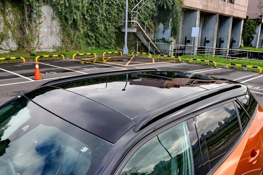 曜石黑烤漆塗裝車頂。 記者陳威任/攝影
