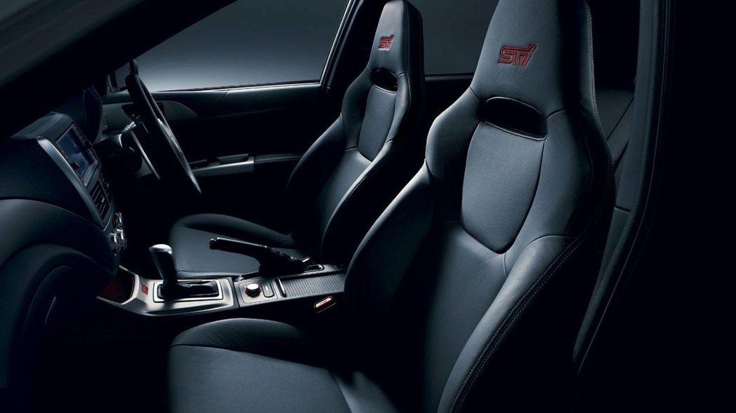 配備八向電動可調賽車座椅。 圖/Subaru提供